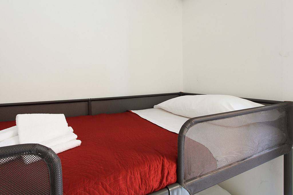 Camera doppia con letti a castello in villa - Red Line ...
